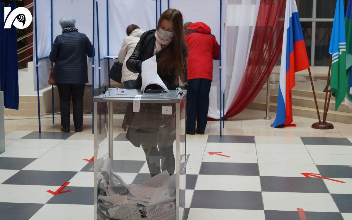 На входе в избирательный участок № 161, который расположился в ЦК «Югра-презент», 17 сентября всех голосующих встречали музыкой.