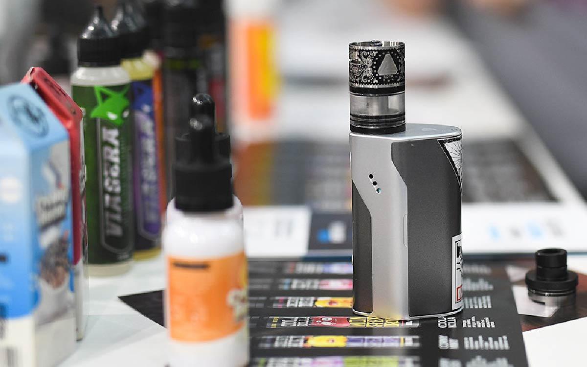 В России вскоре запретят выкладывать на прилавках магазинов электронные сигареты и вейпы на продажу, если вблизи стоит школа или вуз. Соответствующие предложения Минздрав РФ подготовит к декабрю этого года.
