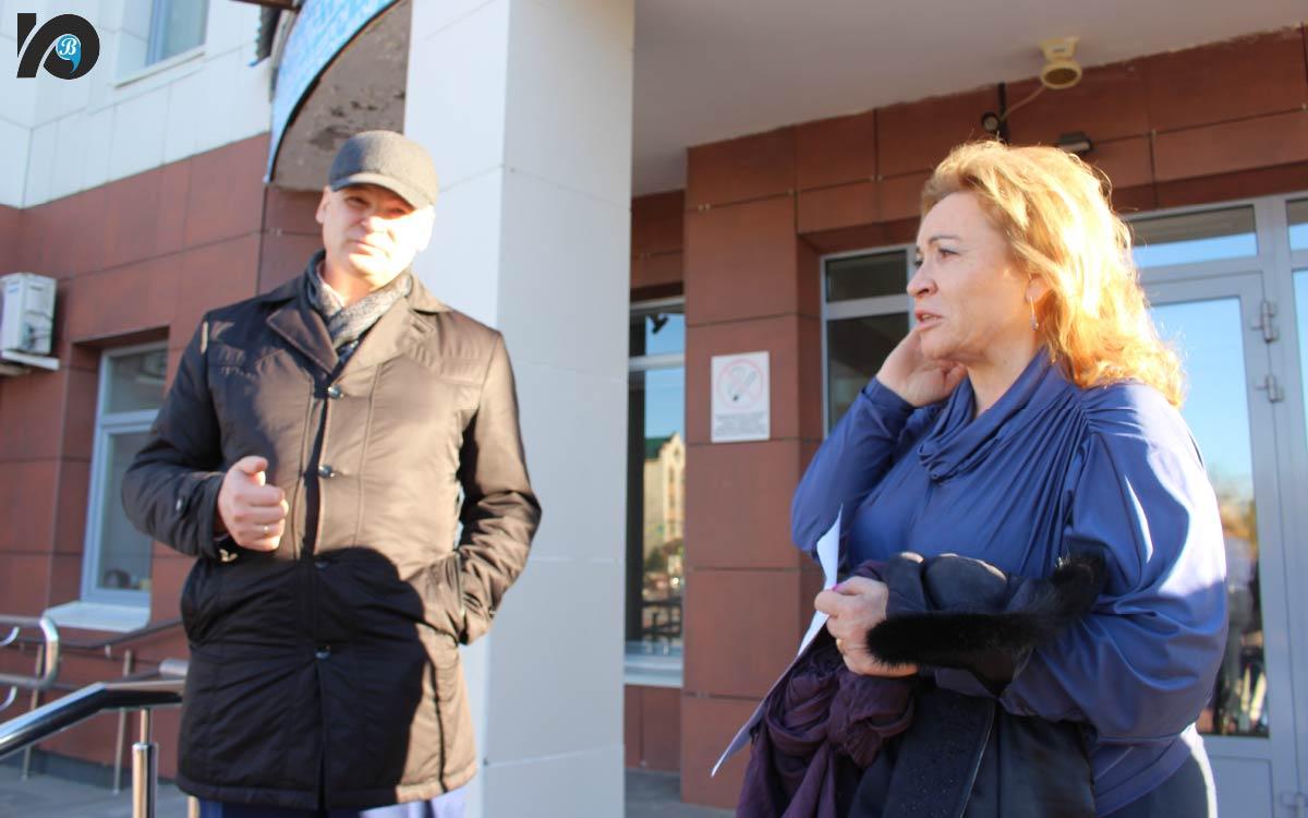 Начальник отдела по ГО и ЧС администрации города Алексей Максименюк разъясняет ошибки, которые были допущены при проведении тренировки.