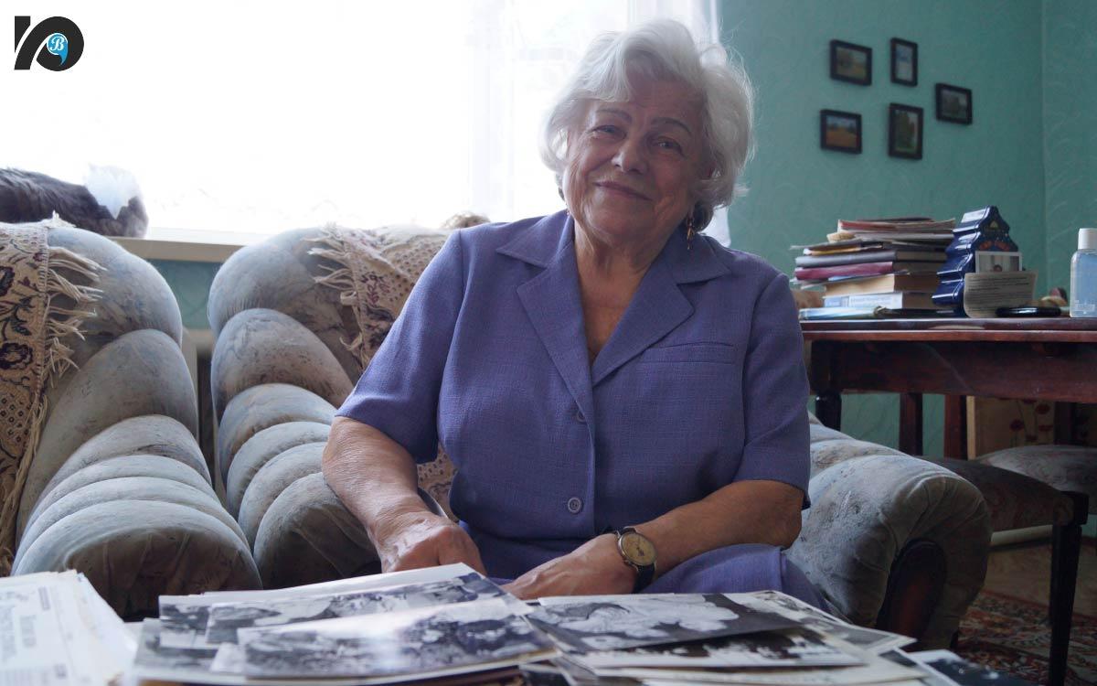Разбирая стопку черно-белых фотографий взгляд Альбины Волошиной теплеет а не сходящая с ее лица улыбка становится еще более заметной Югорск