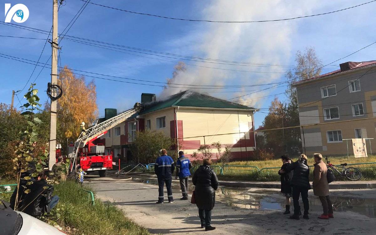 Сообщение о пожаре в многоквартирном доме 7 на улице Буряка, поступило 28 сентября в 12:31. К месту происшествия моментально направились подразделения двух пожарно-спасательных частей города.